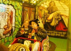 Hella und Conny fahren Geisterbahn