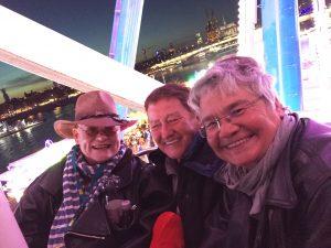 Hella von Sinnen mit den rubicon-Aktiven Ulla Breuer und Beate Blatz (v.l.n.r.) bei der Charity-Fahrt im pink beleuchteten Riesenrad des Kölner Herbstvolksfestes.