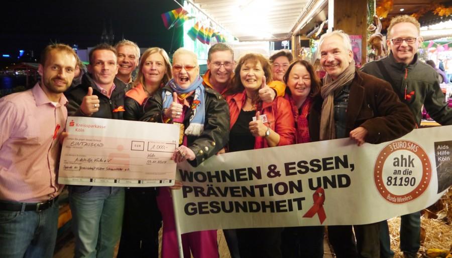 Spendenscheck-Übergabe auf dem Kölner Herbstvolksfest anlässlich des 1. ROSA MONTAG am 3.11.2014